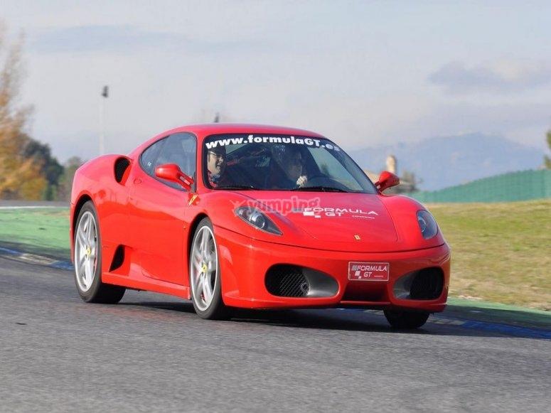 Ferrari saliendo del circuito