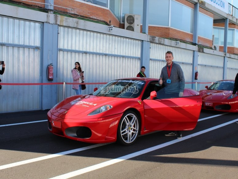 Afortunado haciendose una foto con un Ferrari
