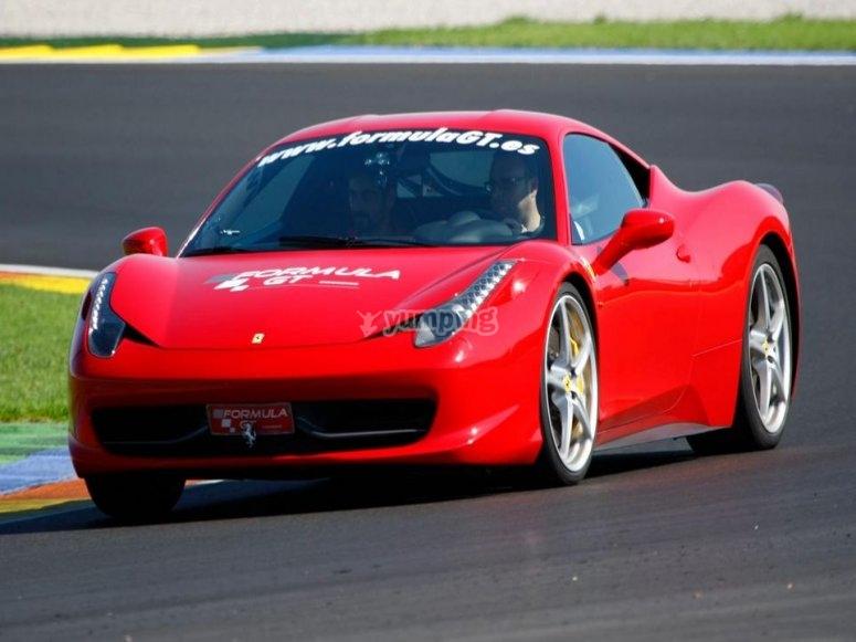 Conduce un Ferrari en carretera en Madrid