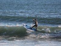 Rema en busca de olas