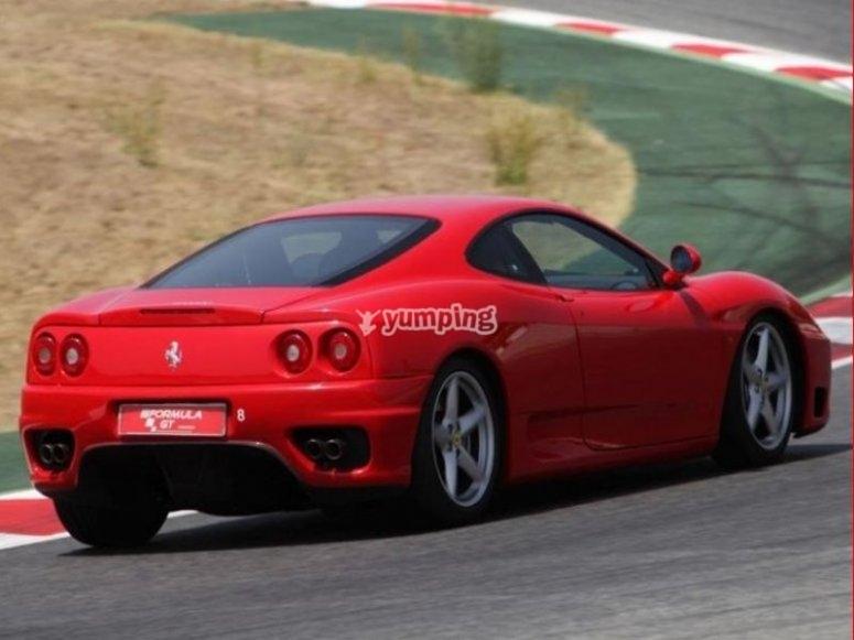 Ferrari tomando la curva