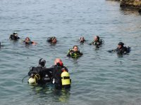 Submarinistas con la cabeza fuera del agua