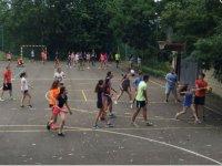 Los alumnos jugando al balón