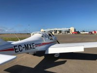 Avioneta sobre el asfalto del aerodromo