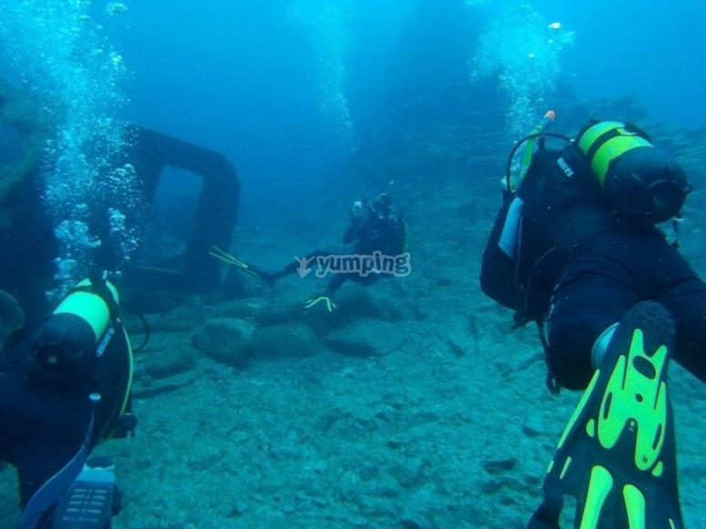 Immersione vicino ai resti sommersi