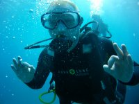 Operatore subacqueo che fornisce indicazioni subacquee