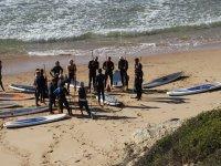 Atendiendo en la orilla a las explicaciones de paddle surf