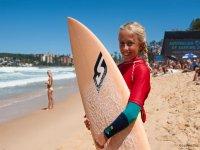 Chica con la tabla de surfear