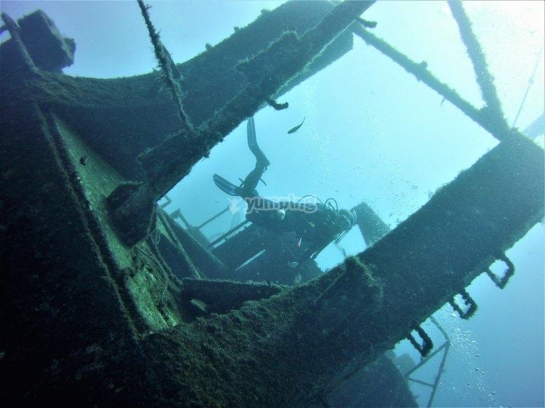 海上秘密的情侣潜水员