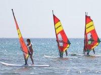 Alumnos de iniciacion al windsurf