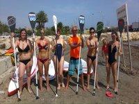 Chicas con el instructor de paddle surf