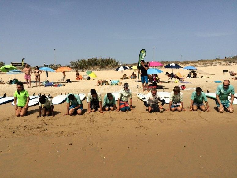 加热跪在沙滩上
