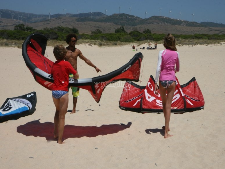 Preparando las cometas para practicar kitesurf en Tarifa