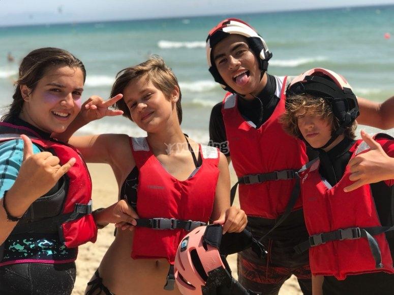 Jóvenes kitesurfista en Tarfa