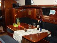 Mesa con vinos en el barco