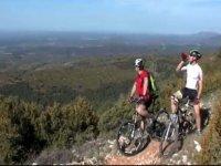 hombres en bicicleta contemplan adahuesca