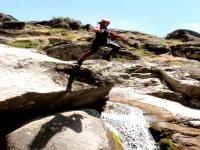 在峡谷漂流中跳跃。溪降JerteXtrem
