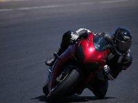 Tomando la curva con la moto.