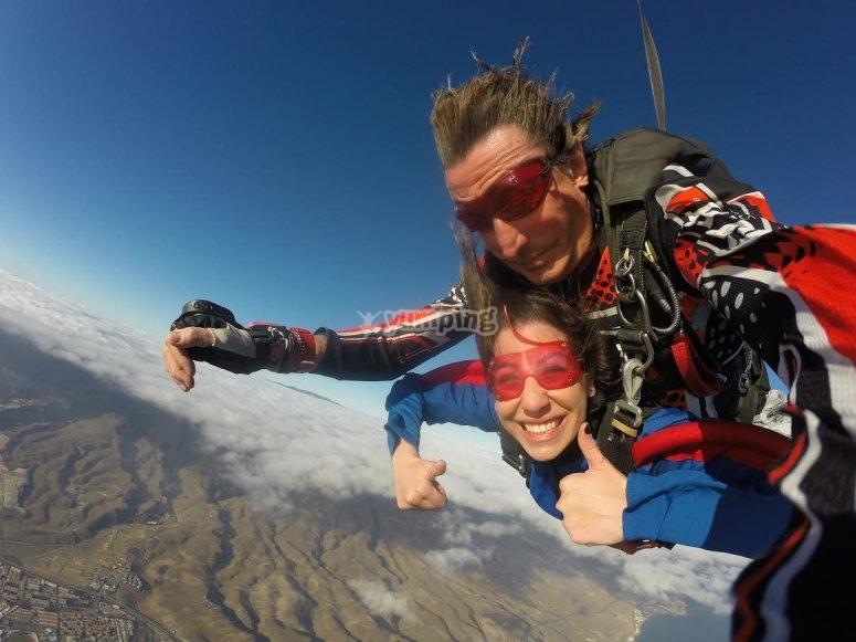 Saltadora de paracaidas con gafas de proteccion