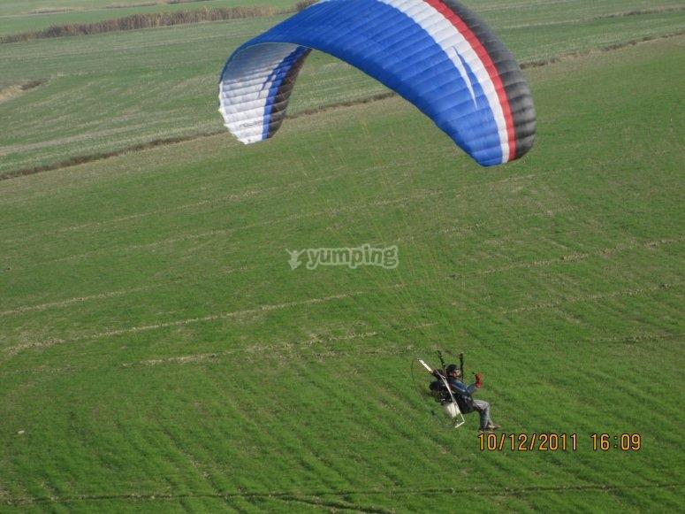 Volando en paramotor en primavera