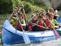 Remando en la canoa en grupo