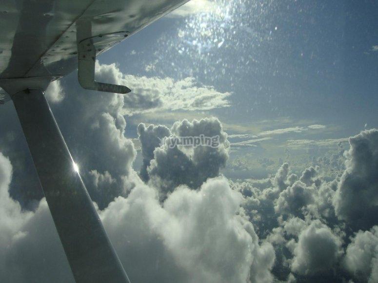 Avioneta entre las nubes