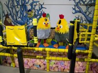 Dos pollos intentando cruzar