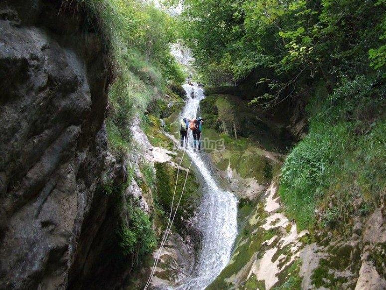 Descendiendo en rapel por el barranco en Asturias