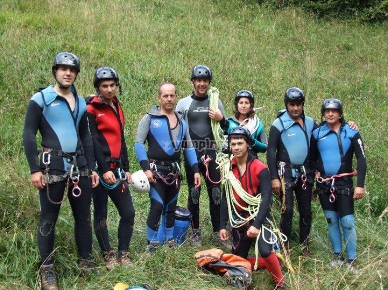 Team preparato per iniziare la discesa nel canyoning