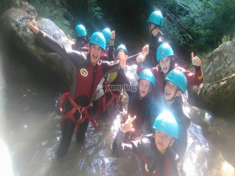 grupo de menors haciendo barranquismo en Asturias