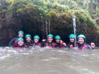 Grupo bajo casacada barranquismo rio Serandi