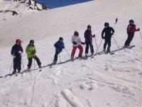 Jovenes esquiadores