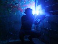 Jugador iluminado por la luz azul