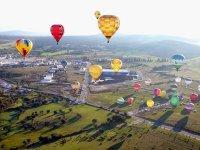 Varios globos en el aire