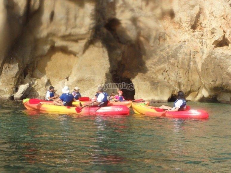 Kayaks junto a las rocas