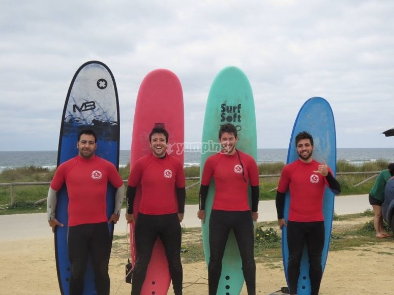 Chicos surfistas
