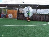 Jugador de bubble soccer junto a la porteria