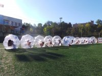 滚落在人造草皮登山999-足球运动员泡沫