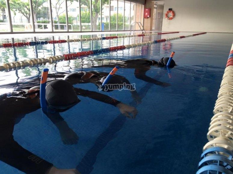学习在游泳池中潜水