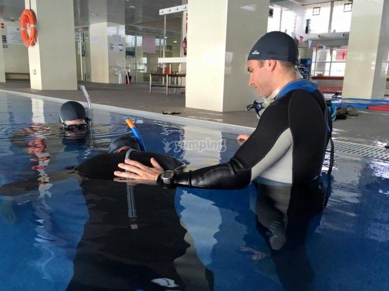 在带潜水教练的游泳池中