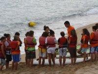 在沙滩上冲浪