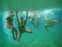 有趣的时刻的孩子们在海底