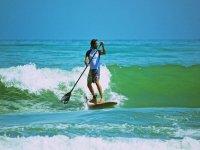 Surfea las olas mientras remas