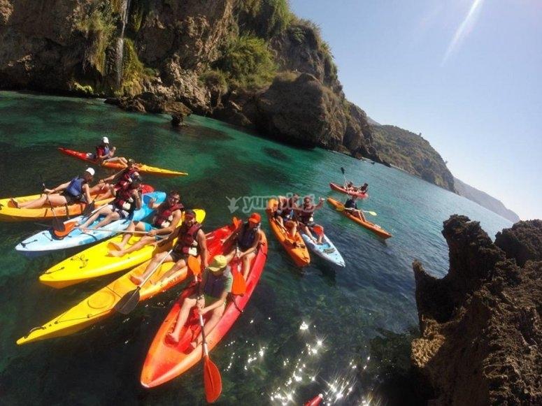 Grupo de kayaks navegando en Nerja