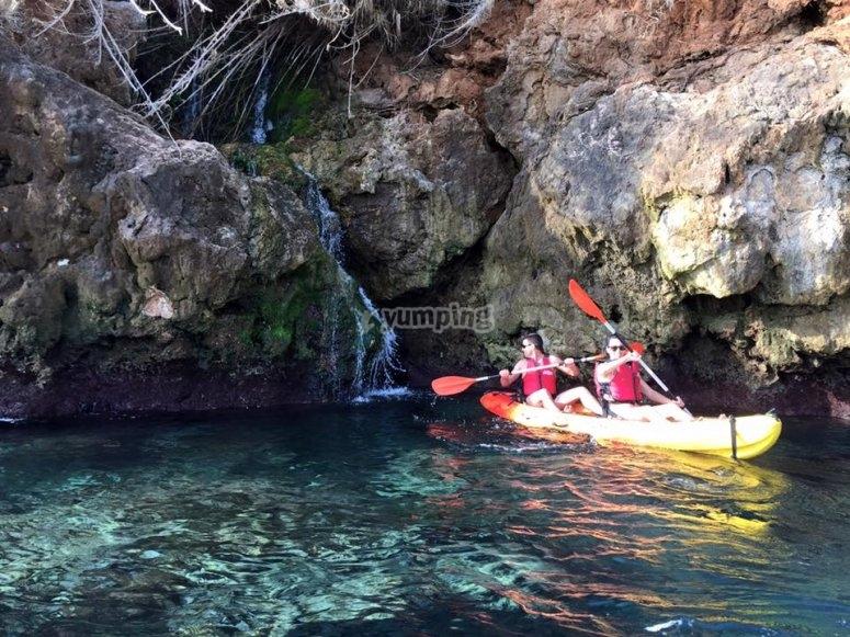 Kayak junto a la cascada en la costa de Nerja