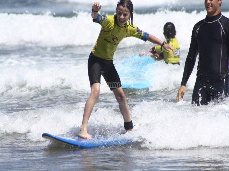 带监视器的男孩冲浪