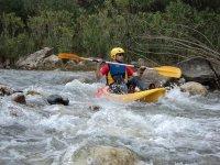 Kayak aguas bravas. Divertido descenso de un río con rápidos