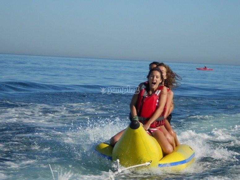 Puedes alquilar el banana boat, para mejorar aún más la experiencia