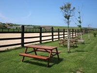 Jardín y mesas