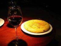 红葡萄酒和土豆煎蛋
